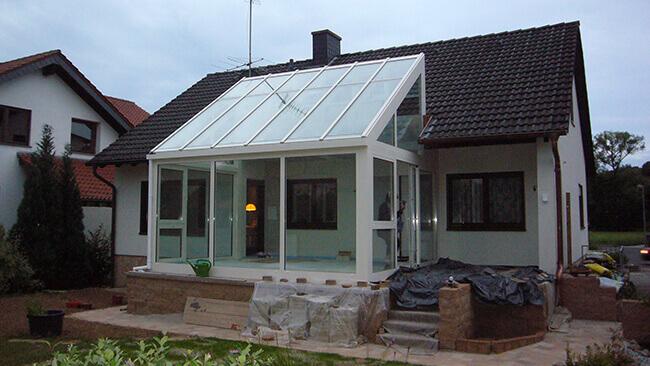 VOSS Ideen erweitert den Wohnraum eines Einfamilienhauses durch modernen Wintergarten
