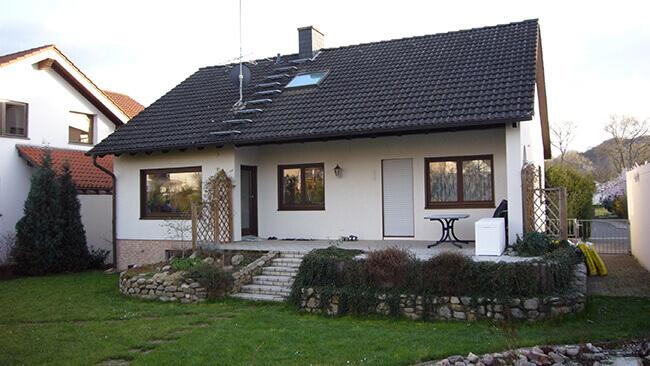 Einfamilienhaus Ansicht vor dem Anbau eines modernen Wintergartens von VOSS Ideen