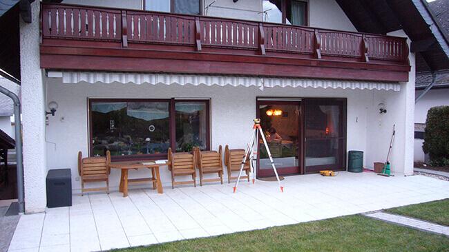Terrasse im Erdgeschoss eines Einfamilienhauses vor dem Anbau des Wintergartens von VOSS