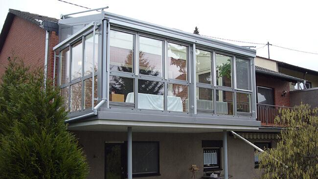 VOSS Projekt Wintergarten aus Metall mit Schrägdach im ersten Obergeschoss