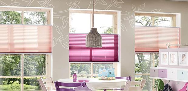 Lila und rosa Faltstores sorgen für Sonnen-, Sicht- und Blendschutz: Foto Warema