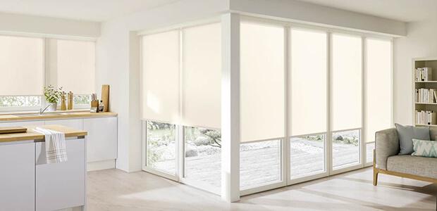 Weiße Kassetten-Rollos schützen Küche und Wohnzimmer: Foto Warema